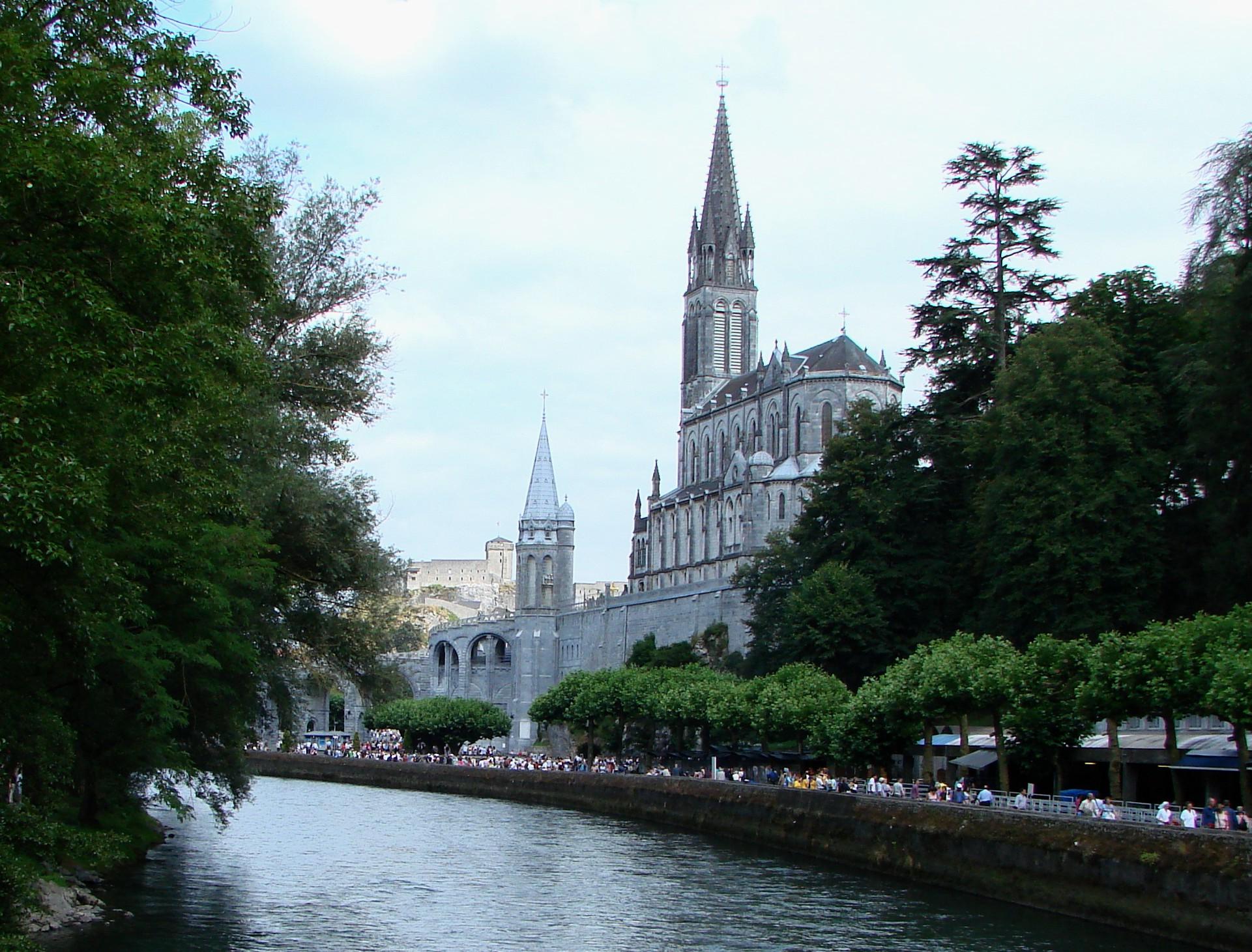 Lourdes_with_Sanctuaries,_Castle_and_Gave_de_Pau